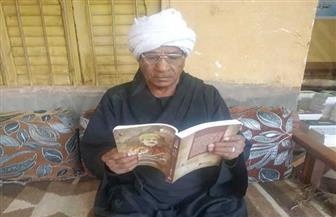 قصة العم أحمد حامد بقنا.. 80 عاما لم يترك الكتاب منذ محو أميته | صور