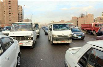 كثافات مرورية متوسطة بعدد من المحاور وإصابة سائق في انقلاب سيارة بالتجمع