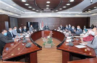 وزير النقل يجتمع بقيادات العامة للطرق والكباري لمتابعة مشروع رصف الطرق المحلية