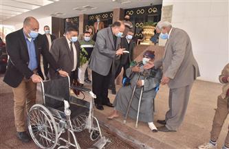 محافظ أسيوط يسلم كرسيا متحركا ويوجه بإجراء بحث اجتماعي لحالات المواطنين