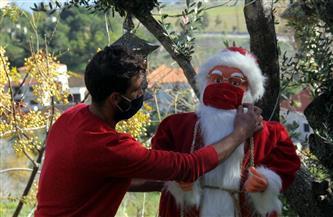 بابا نويل يوزع الكمامات في تايلاند من فوق ظهر فيل