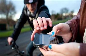 حبس عاطل لمغافلة المواطنين وسرقة هواتفهم المحمولة بالطريق العام