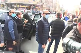 الرئيس السيسي يستجيب للمارة من المواطنين ويبادلهم التحية بمصر الجديدة | فيديو