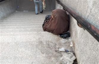 سيدة سبعينية ترفض دعوة التضامن للالتحاق بدار رعاية وتفضل الجلوس في الشارع | تفاصيل