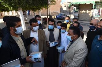 محافظ مطروح يشارك في حملة التوعية بكورونا وتوزيع الكمامات على المواطنين | صور