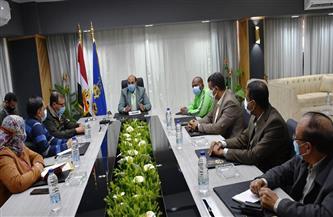محافظ أسوان يعقد اجتماعًا مع مديري الهيئات لمناقشة الاحتياجات الجماهيرية