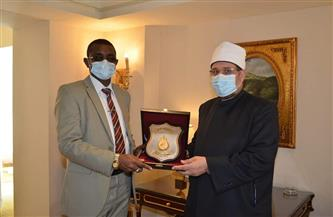وزير الأوقاف يهدي درع الوزارة لنظيره السوداني.. واتفاق على قافلة دعوية مشتركة | صور