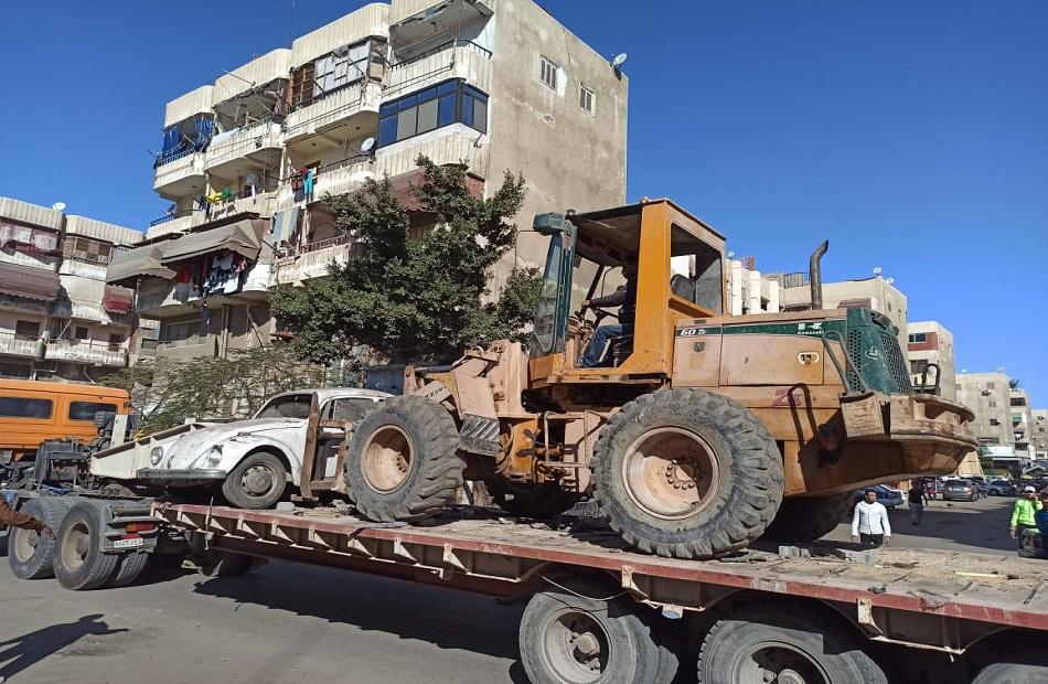 رفع  سيارة متهالكة من شوارع وميادين حي الزهور ببورسعيد | صور