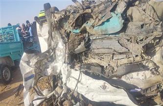 مصرع 6 وإصابة 7 آخرين في تصادم ميكروباص بسيارة نقل بصحراوي أسوان | صور