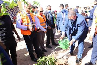 وزير القوى العاملة يشارك 500 طالب بزراعة 9 أفدنة بجامعة أسوان| صور