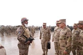 رئيس الأركان يشهد إجراءات الاستعداد القتالي على الاتجاه الإستراتيجي الغربي بالذخيرة الحية