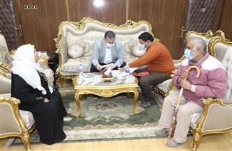 محافظ المنوفية يصرف إعانة مالية عاجلة لمواطن كفيف وزوجته | صور