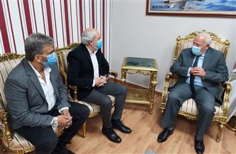 محافظ بورسعيد يطالب مسئولي مصنع للملابس الجاهزة بتطبيق إجراءات مواجهة كورونا   صور