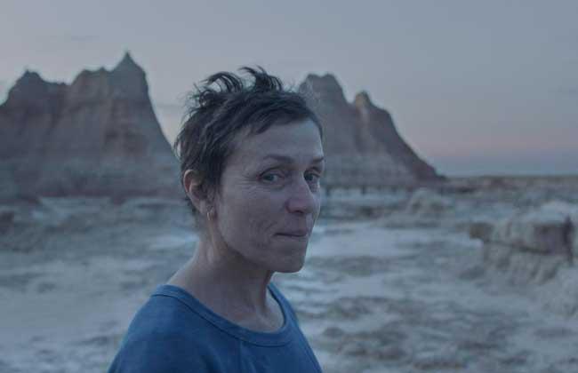فيلم أرض الرحل يتوج بجائزة أوسكار أفضل فيلم