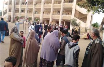 اصطفاف الناخبين للإدلاء بأصواتهم أمام لجان فى دائرة السنطة بالغربية| صور