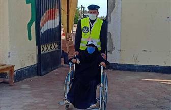 «الشرطة» تعاون كبار السن في دخول اللجان بجنوب سيناء للإدلاء بأصواتهم| صور