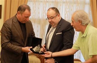 «الخطيب» يهدي السفير المصري بالسودان درع الأهلي