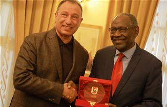 الخطيب يكرم علي «جاجرين» نجم الكرة السودانية