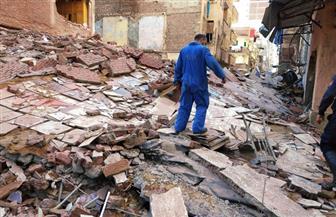 إصابة شخص في انهيار عقار بالإسكندرية.. والحي يخلي العقار المجاور|صور
