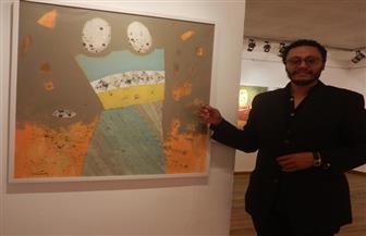 التشكيلي أحمد جعفري يدعو إلى نشر لغة الحوار برموز بدائية | صور