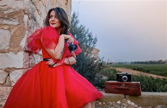 """التونسية أماني الرياحي تطلق أغنية """"نور الشمس في عيونك"""" في عيد الحب"""