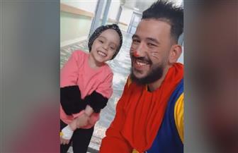 طفلة تواجه السرطان بالضحك والغناء.. وتبكي العالم ببراءتها|فيديو