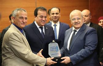 رئيس جامعة القاهرة يعلن تبرع ماراثون زايد الخيري بخمسة ملايين جنيه لمعهد الأورام | صور
