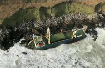 عواصف تدفع سفينة مهجورة إلى سواحل أيرلندا