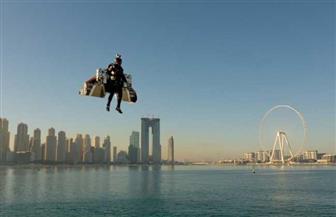 """""""الرجل النفاث"""" يحلق فوق الخليج ويظهر فى سماء دبي"""