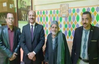 الحاج طايع.. عمره 80 عاما ويتقدم للعمل مدرسا متطوعا في مدارس قنا