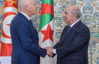 الرئيس الجزائري يكرم نظيره التونسي بوسام الاستحقاق الوطني