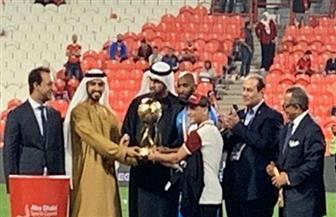 «سعد محمد » يتسلم كأس السوبر بجوار قائد الزمالك «شيكابالا»