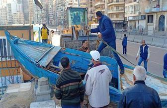 إزالة حطام مراكب الصيد من شاطئ ميامي في الإسكندرية| صور