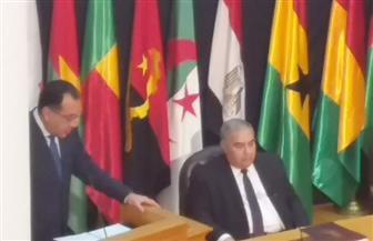 رئيس المحكمة الدستورية يهدي رئيس الوزراء درع المحكمة