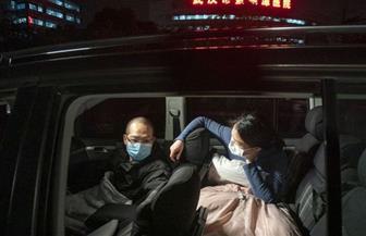 زوجان صينيان ينامان 29 ليلة في سيارتهما من أجل إنقاذ مرضى كورونا | صور