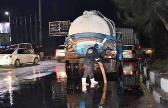 أمطار غزيرة في الشوارع وسيارات شفط لمواجهتها.. ومحافظ الفيوم يشيد برجال الشرطة|صور