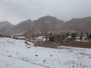 سانت كاترين تكسوها الثلوج في درجة حرارة 4 تحت الصفر.. ومدير المحميات: سياحة الشتاء تنتعش | صور