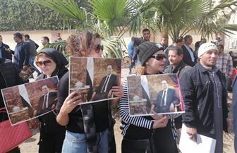 مواطنون يتجمعون أمام مقابر الرئيس الأسبق مبارك استعدادا لدفن جثمانه| صور