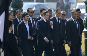وصول أبناء الرئيس الأسبق مبارك وأسرته استعدادا لبدء مراسم تشييع الجنازة العسكرية