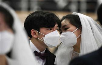 القبلات بالكمامات.. في حفل زفاف جماعي بالفلبين