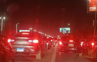 طوابير من السيارات تتصدر المشهد على طريق المشير بعزاء الرئيس الأسبق مبارك   صور
