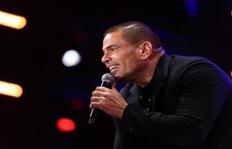 """عمرو دياب يحتفل بـ""""سهران"""" ويهديه للراحل عزت أبو عوف"""
