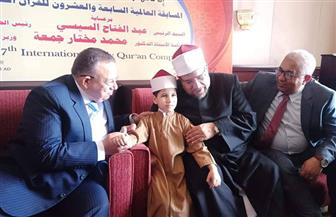نقيب الأشراف يمنح الطفل عمر مكي ووالديه رحلة عمرة