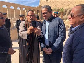 مصريون وأجانب يلتقطون صورا تذكارية مع وزير السياحة والآثار في معبد الأقصر | صور