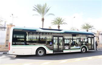 محافظ بورسعيد: تشغيل أول أتوبيس نقل عام يعمل بالكهرباء 20 يوما قبل تعميمه | صور