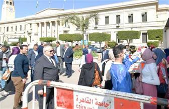 جولة لرئيس جامعة القاهرة للتأكد من استخدام الكواشف الطبية للاطمئنان على الطلاب والعاملين | صور