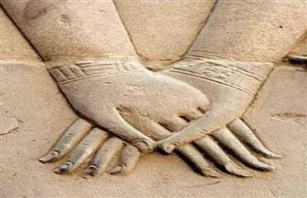 من نفرتارى إلى حورس.. للسلام بالأيدي تاريخ طويل ابتدعه المصري القديم.. تعرف عليه | صور