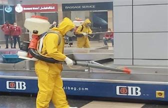 تطهير عربات نقل الحقائب في المطارات لمواجهة كورونا   صور