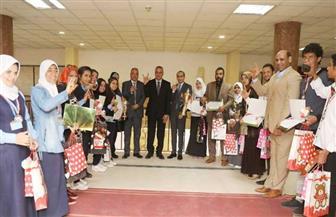 محافظ سوهاج يكرم 14 طالبًا من مدرسة الصم الحاصلين على المراكز الأولى على مستوى الجمهورية | صور