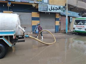 محافظ الدقهلية يتابع ميدانيا إزالة تراكمات مياه الأمطار.. ويوزع وجبات على العمال